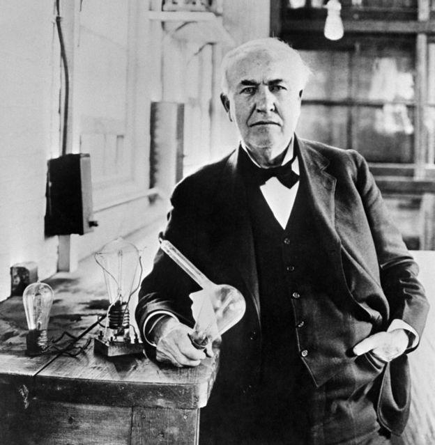 Thomas Edison con su bombillo en los años 1920