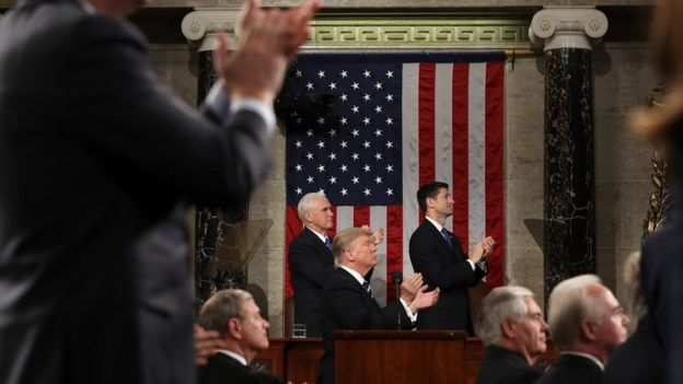 Donald Trump aplaude a Carryn Owens