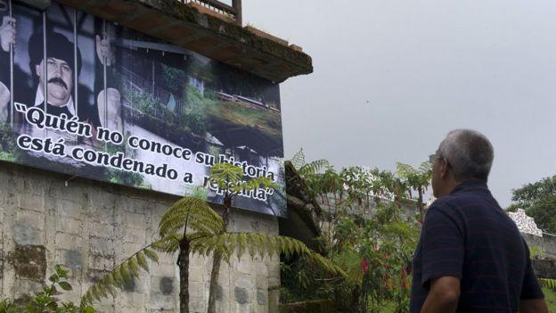 Cartel con la foto de Pablo Escobar en La Catedral.