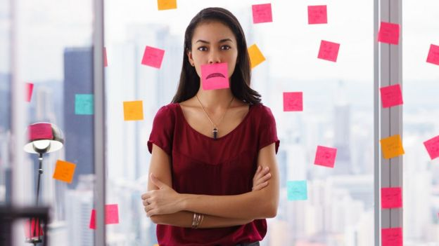 Mujer con un papel en la boca
