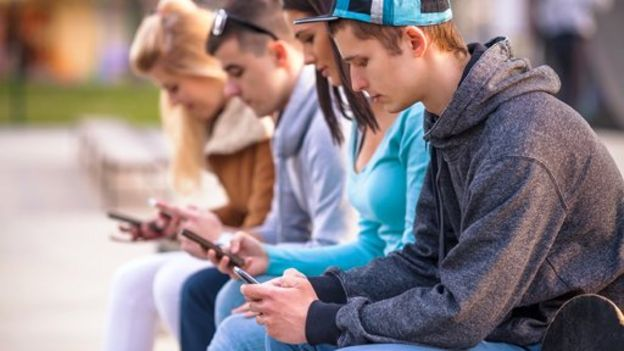 Jovens com celulares