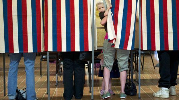 Tres ciudadanos votan en Metamora, Illinois, EE.UU.
