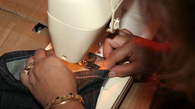 Mujer con una máquina de coser.