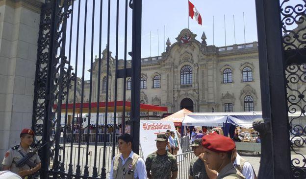 Donaciones frente al Palacio de Gobierno de Perú.