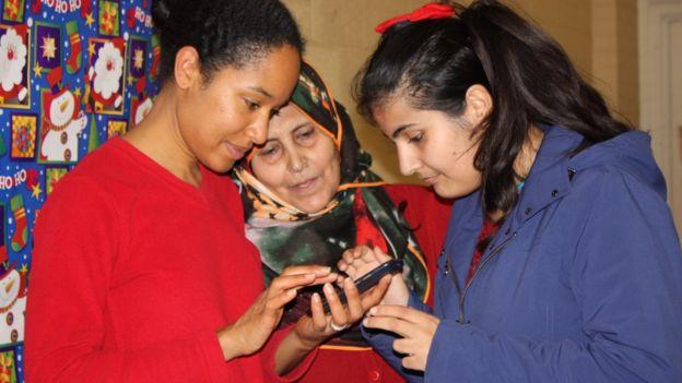 Jaya James (izquierda) con Gaziye Fettah y Rojin Haci, patrocinados por Jim Estill y la Asociación Musulmana de Guelph.