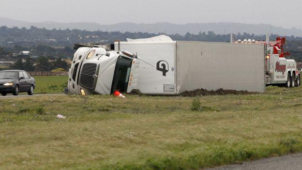 Un camión se volteó este viernes tras los fuertes vientos en la localidad de Marina, California.