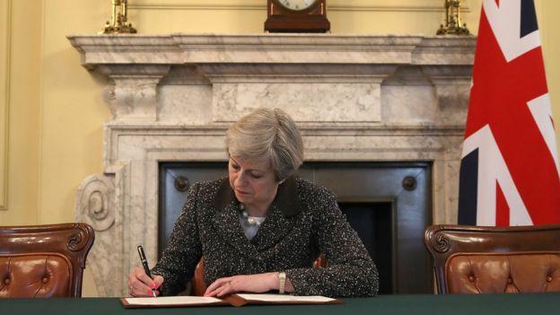 特里莎·梅在内阁厅签署启动《里斯本条约》第50条谈判公函(28/3/2017)