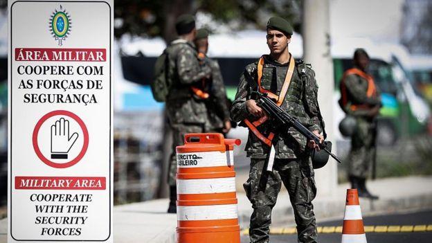 Militar do Exército armado de prontidão