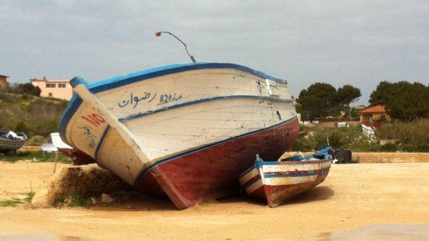 Barco abandonado em Lampedusa, na Itália
