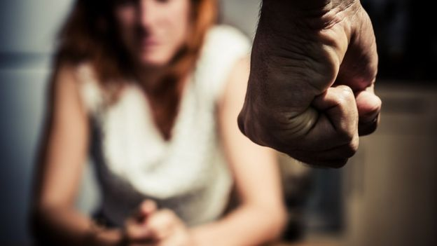 El puño de un hombre