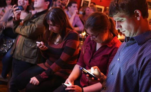 Gente usando su celular