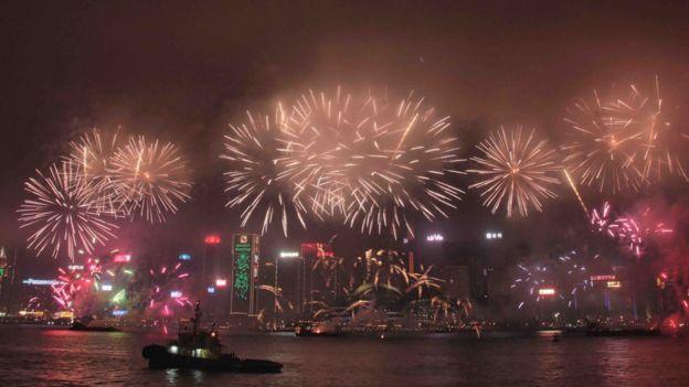 香港一年一度的新年煙花匯演在維多利亞港舉行。