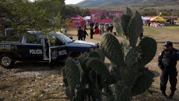 Policía controla el acceso a la fiesta de Rubí