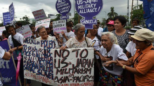 慰安婦歷史問題的抗議者在日本駐馬尼拉大使館外抗議