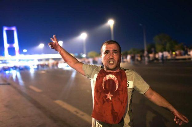 Manifestantes favoráveis ao golpe teriam sido feridos a tiros na ponte Bósforo em Istambul - Foto: AFP GETTY