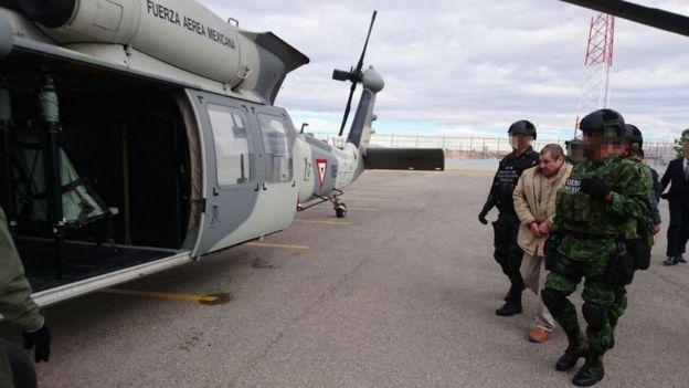 El Chapo antes de subir a un helicóptero