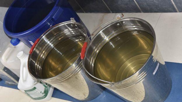 Agua de cisterna en La Paz de un color amarillento.