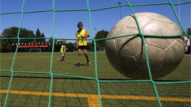Niño jugando deporte