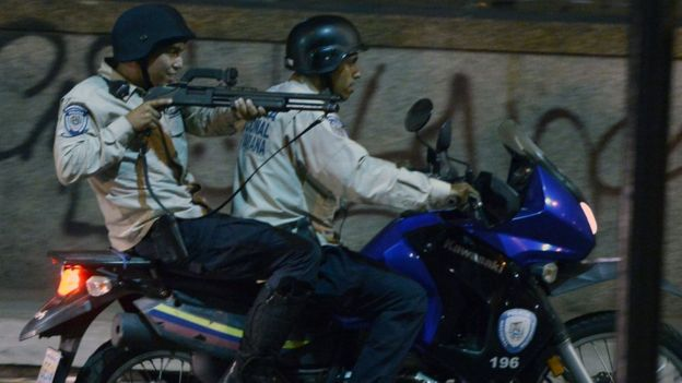 Dos policías sobre una motocicleta