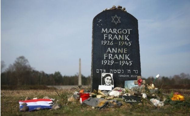 Túmulo simbólico para Anne Frank e sua irmã, Margot, no campo de Bergen-Belsen