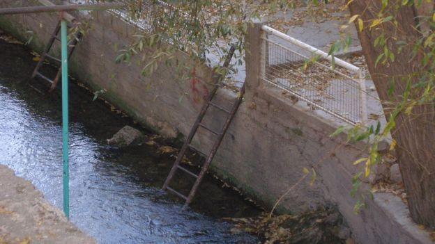 Escaleras son usadas para acceder de forma segura al río desde las plataformas ubicadas en los bordes del afluente.