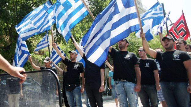 Los miembros del partido ultra nacionalista de extrema derecha griego Amanecer Dorado (Chryssi Avghi)