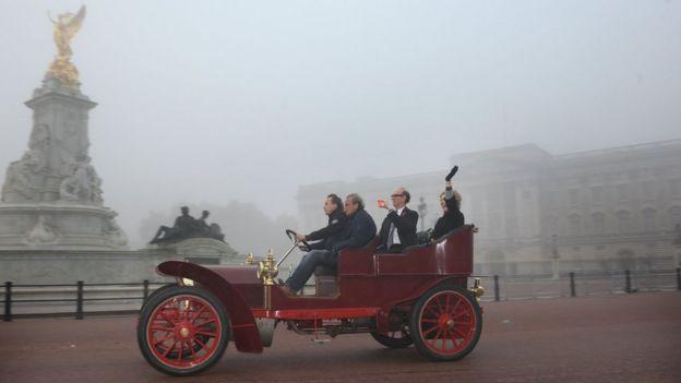 Drivers pass Buckingham Palace