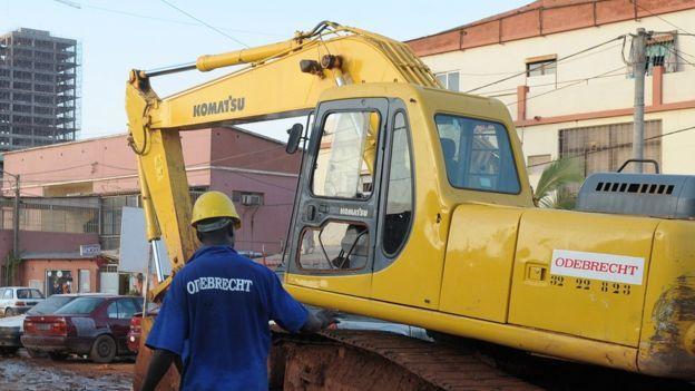 Trabajadores y maquinaria con el logo de Odebrecht