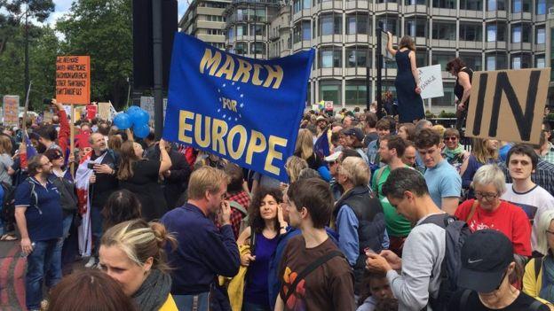 Тысячи лондонцев пришли и продолжают подходить в центр города