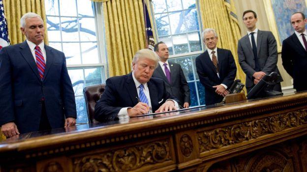 ABD Başkanı Donald Trump imza atarken