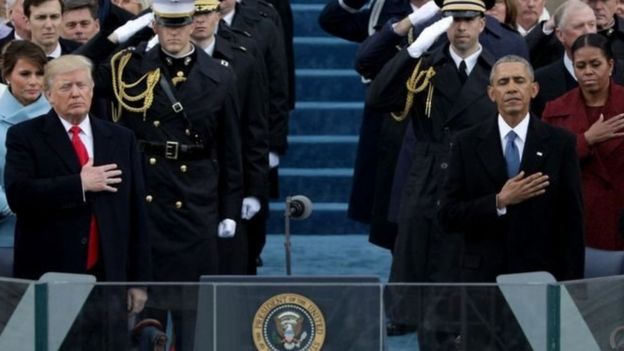 特朗普(左)和前任總統奧巴馬及他們身後的夫人在宣誓就職儀式上