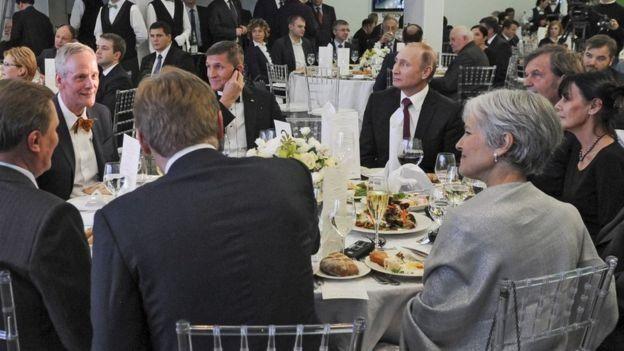 Flynn fue fotografiado en la cena de gala del canal ruso RT sentado al lado de Vladimir Putin el año pasado.