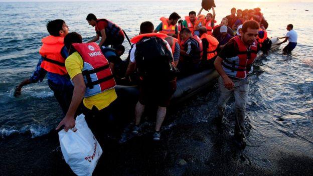 لاجئون يصلون إلى أوروبا عبر زوراق الموت