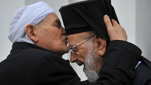 Un argelino besa a Hilarion Capucci
