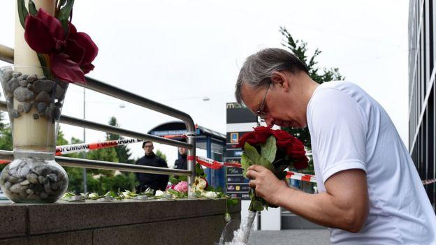 Decenas de ciudadanos mostraron sus respetos a las víctimas con flores y velas este sábado.