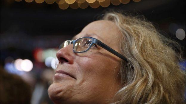 Mujer emocionada en la convención demócrata