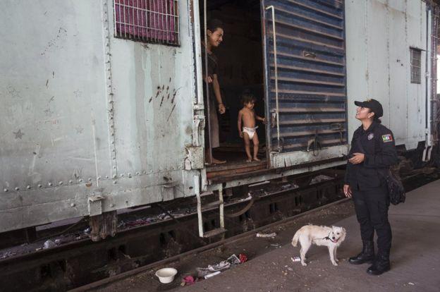 孔奇塔‧洛佩斯和住在火車車廂中的家庭說話。