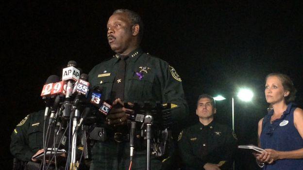 Según el sheriff Jerry Demings, el padre intentó arrebatarle su hijo al caimán, pero no lo consiguió.