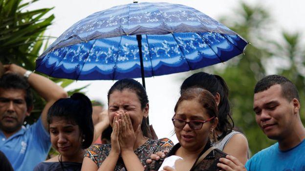 Familiar de morto em matança em Manaus chora durante enterro