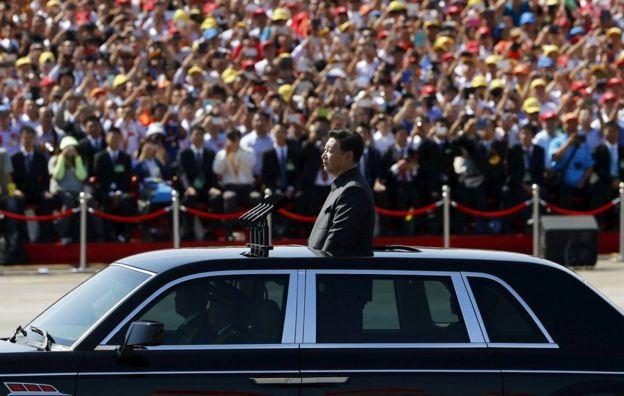 O presidente chinês, Xi Jinping está em um carro em sua maneira de avaliar o exército, no início do desfile militar que marca o 70º aniversário do fim da Segunda Guerra Mundial, em Pequim, China, 03 de setembro de 2015