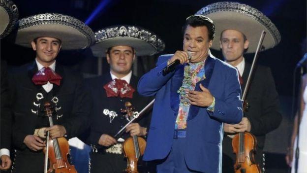 Juan Gabriel junto a mariachis