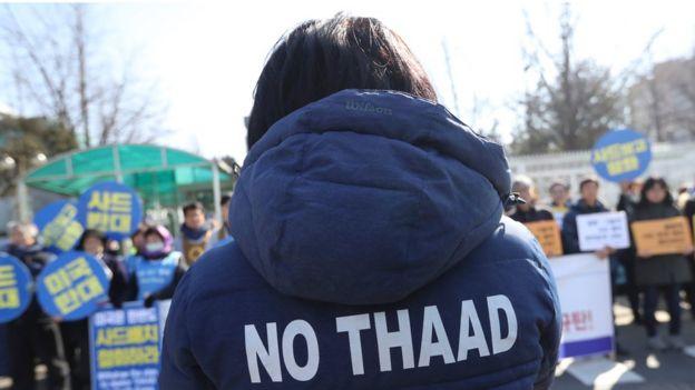 Manifestante na Coreia do Sul usa casaco com slogan contra o Thaad