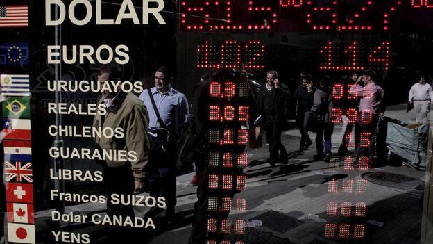 Exterior de oficina de cambio de dinero en Buenos Aires, Argentina.
