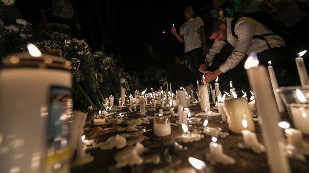 Las velas en recuerdo de las víctima del trágico accidente.