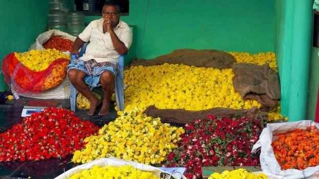 رجل يبيع الزهور