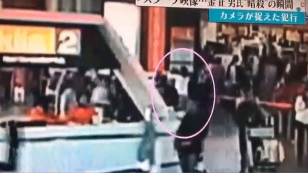 監控錄像顯示一名身穿白色長袖衣服的女性在吉隆坡機場似乎在箍緊前面的某個人