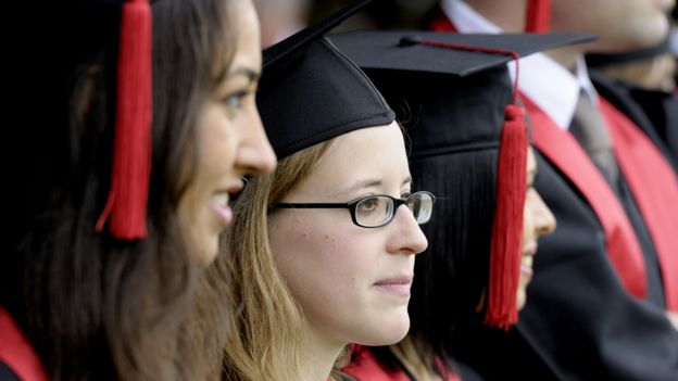 Jóvenes con toga durante su graduación