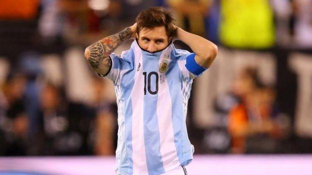 Messi reaccionó avergonzado tras fallar un penal en la final de la Copa América.