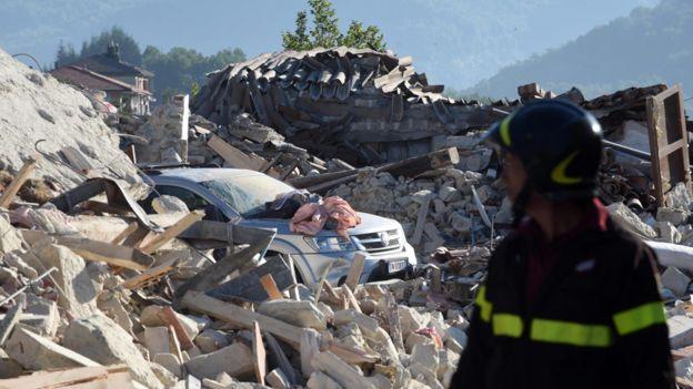 Un bombero observa las ruinas de un edificio desmoronado en Pescara del Tronto.