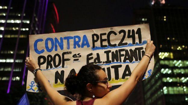 Manifestação em São Paulo contra a PEC 241, que estabelece um teto para os gastos públicos